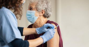 La Comunidad de Madrid diseña el operativo para vacunar frente al COVID-19 a más de 30.000 grandes dependientes y sus cuidadores