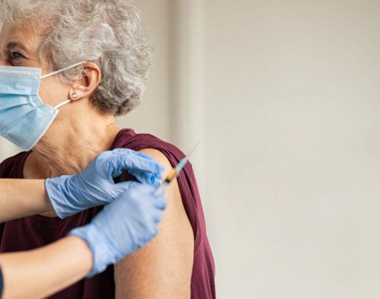 La Comunidad de Madrid comienza a vacunar el lunes en su domicilio a 7.900 grandes dependientes inmovilizados y a sus cuidadores