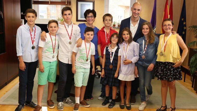 Recepción a los jóvenes medallistas del Club de Esgrima Pozuelo