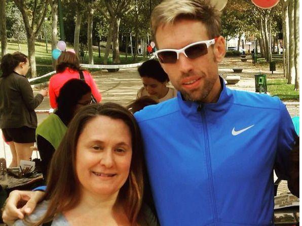 Montse, una de las participantes en la IV Milla En Pandilla de Pozuelo, con Ricardo Serrano, Campeón de España y Europa de Cross