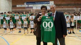 La alcaldesa con los deportistas del Club Baloncesto Pozuelo