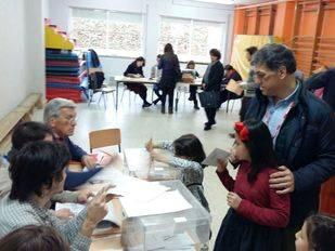 El portavoz del Grupo Municipal Socialista de Pozuelo de Alarcón, Ángel González Bascuñana, con sus hijas, ejerciendo su derecho al voto.