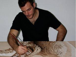 El artista Juan Avellano en pleno proceso de creación