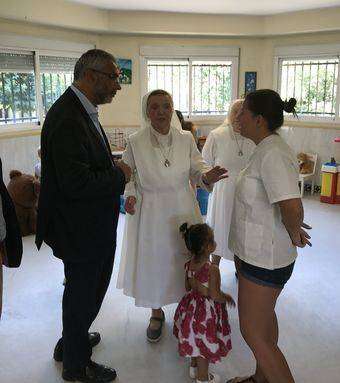 El consejero de políticas sociales visita una residencia maternal en Pozuelo