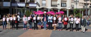 Una gran gota humana rosa en la Plaza Mayor de Pozuelo para conmemorar el Día contra el Cáncer de Mama