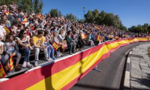 La Bandera de España recibe un emotivo y multitudinario homenaje en Pozuelo de Alarcón