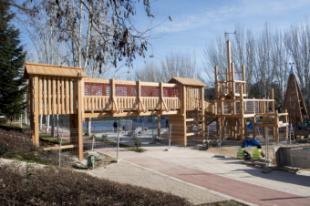 Avanza a buen ritmo la instalación de un gran castillo de madera en la zona de juegos del parque deportivo del Camino de las Huertas