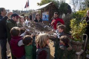 Los jóvenes del programa de voluntariado ambiental construyen y colocan un nido de cigüeñas en el Aula de Educación Ambiental