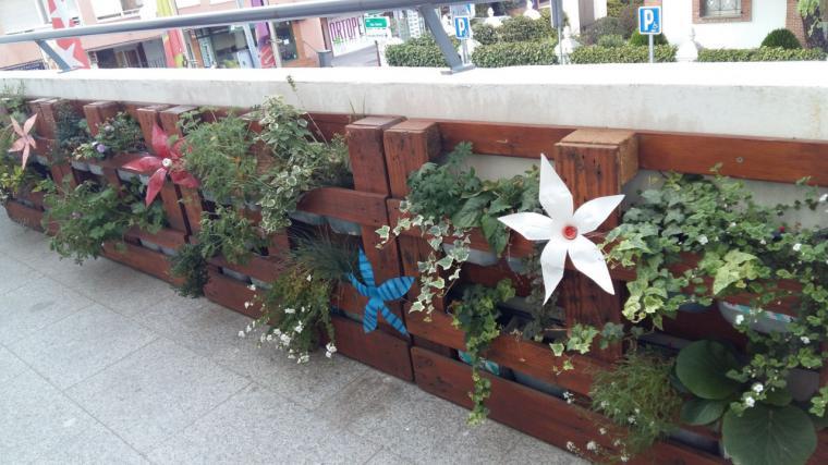 Los jóvenes diseñan y acondicionan las terrazas del CUBO Espacio Joven con materiales reciclados
