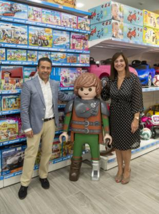 La alcaldesa apoya la iniciativa empresarial en la ciudad en la inauguración de una nueva tienda de juguetes