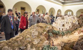 El Patio de Segovia del Ayuntamiento de Pozuelo de Alarcón acoge un gran belén de 85 metros cuadrados y 450 figura