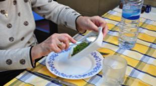 El Ayuntamiento seguirá ofreciendo el servicio de comida a domicilio, mejorado, para aquellas personas que más lo necesitan