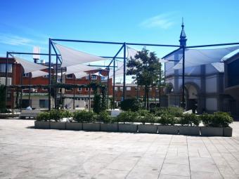Instalada la cubierta textil en la Plaza del Padre Vallet de Pozuelo de Alarcón con la que se mejora este entorno