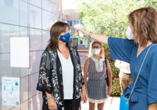 La alcaldesa comprueba el protocolo de seguridad de los colegios públicos