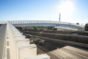 La alcaldesa inaugura una pasarela peatonal y ciclista sobre la M-503 que conecta el casco urbano y las urbanizaciones