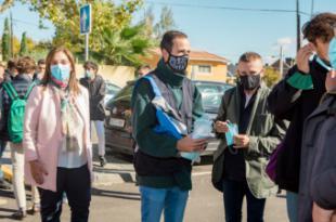 Un equipo de monitores conciencia a los jóvenes sobre la importancia de usar mascarilla