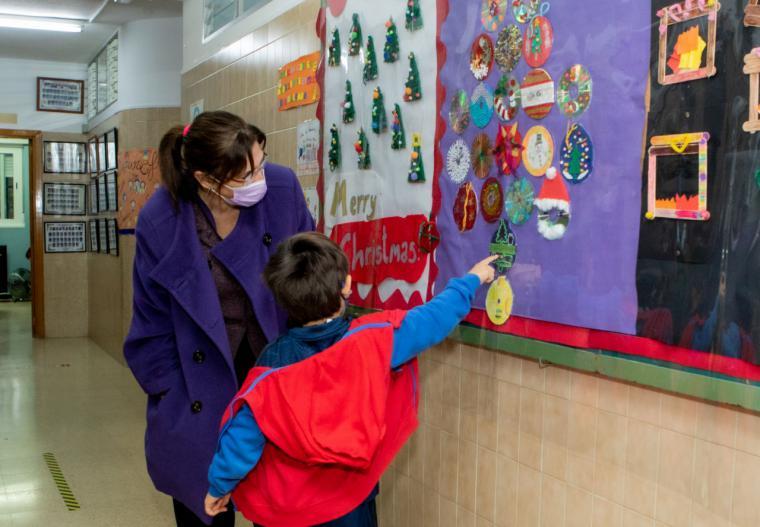 La alcaldesa muestra su apoyo a la educación pública en su visita al CEIP Infanta Elena