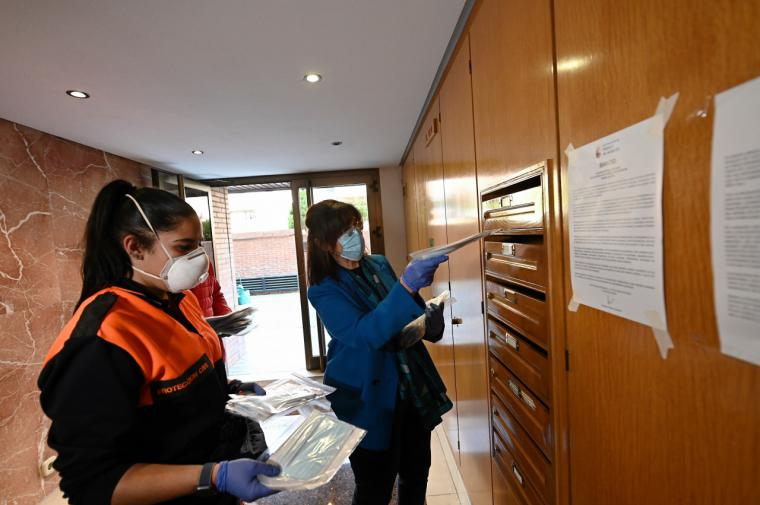 Pozuelo de Alarcón comienza a entregar las primeras 100.000 mascarillas en los buzones de todos los domicilios de la ciudad