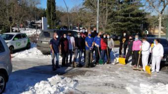 Los clubes deportivos de Pozuelo se suman a las labores de retirada de nieve en los exteriores de las instalaciones deportivas este fin de semana