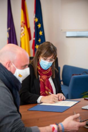 La alcaldesa firma con Cáritas un convenio de colaboración para ayudar a las personas en situación de vulnerabilidad