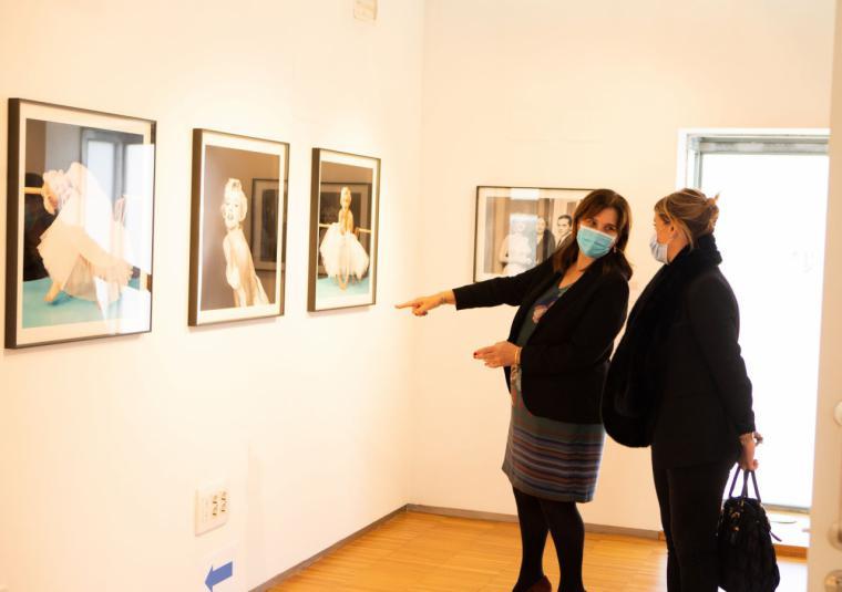 Pérez Quislant visita la exposición fotográfica sobre Marilyn Monroe en el Centro Cultural Padre Vallet de Pozuelo