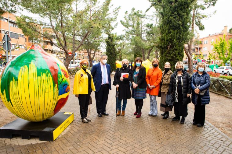 Ocho limones de grandes dimensiones decoran y llenan de color la Avenida de Europa de Pozuelo de Alarcón