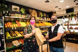 El Gobierno municipal distribuirá 20.000 bolsas de papel ecológicas en fruterías y en el mercadillo municipal