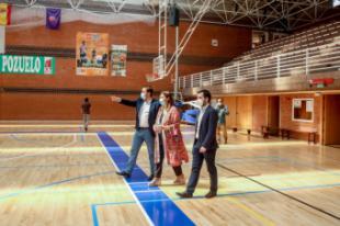 La alcaldesa visita el polideportivo El Torreón para comprobar el resultado de la instalación de la nueva tarima