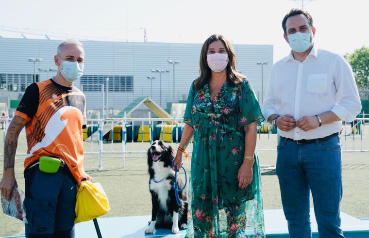 La alcaldesa entrega los trofeos a los ganadores de las pruebas Agility que se han celebrado en el polideportivo Carlos Ruiz
