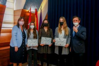 Tres alumnas de Pozuelo reciben la beca para estudiar en la Universidad Francisco de Vitoria
