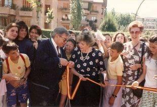 Inauguración de la Feria del Libro de Pozuelo de Alarcón en la Plaza de la Cultura. Finales de los años 80. Con el Alcalde, José Martín Crespo, la concejal de Cultura, Elisa Fraga y la corresponsal de TVE, Paloma Gómez Borrero.