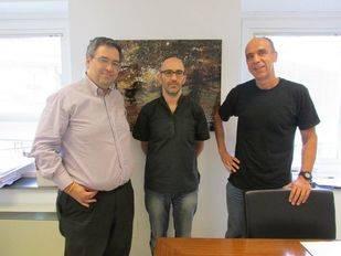 Eduardo Oria y Helio Cobaleda con el representante de la plataforma Entorno Meaques Retamares.