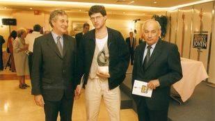 De izquierda a derecha: José Celso Baragaño, Arturo Prins -ganador del Premio de Pintura Joven- y Jesús Mora