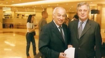Jesús Mora y el director de Hipercor Pozuelo, José Celso Baragaño durante la entrega del Premio de Pîntura Joven.
