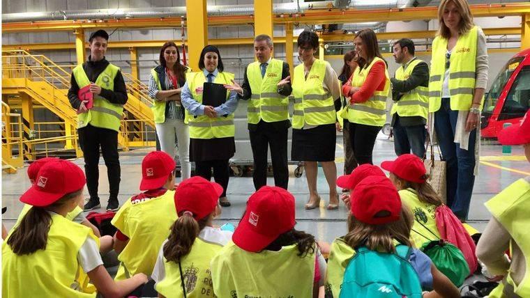 La alcaldesa de Pozuelo, los escolares y la movilidad sostenible