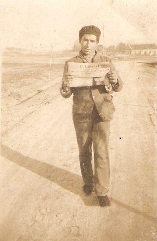 Antonio López, hijo de Federico, con El Liberal en el camino de Boadilla del Monte. Enero de 1936.