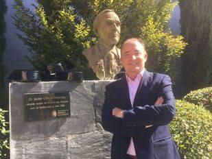 El concejal de Deportes, Festejos y Cascos Históricos, Carlos Ulecia, en el Jardín que lleva el nombre de su padre; Javier Ulecia. Foto: Twitter.