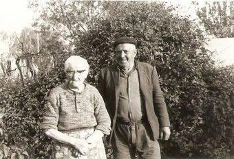Brígida López Ucedo y su esposo en el jardín de su casa. Pozuelo de Alarcón.