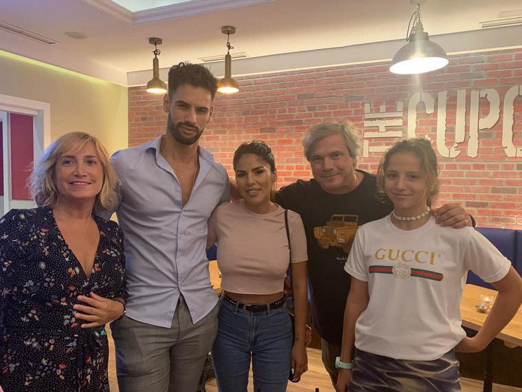 Chabelita Pantoja y su novio, además de Aless Gibaja, entre los asistentes a la inauguración de un nuevo local en Pozuelo de Alarcón