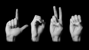 Intérpretes de lengua de signos para que personas sordas hagan gestiones