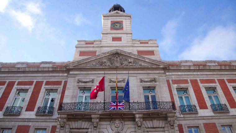 La bandera británica, con crespón negro, en la fachada de la Real Casa de Correos
