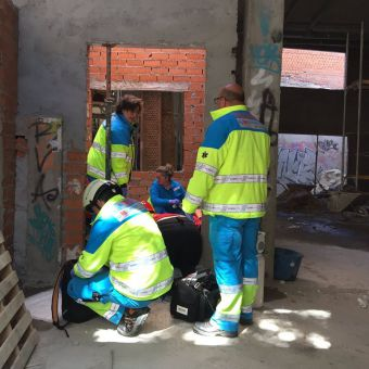 Un trabajador herido muy grave en Pozuelo tras caerse en un chalé en obras