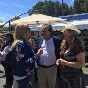 Cientos de vecinos y visitantes apoyan la Feria del Comercio de Pozuelo