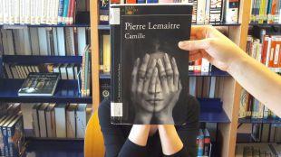 Bibliotecarios, usuarios y alumnos de Pozuelo participan en un Bookface fundiendo sus imágenes con portadas de libros