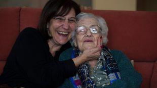 La alcaldesa felicita a una vecina que cumple 105 años
