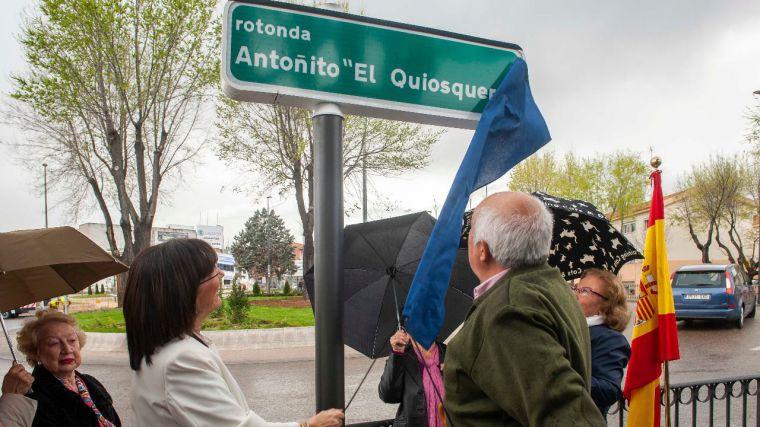 """Pozuelo dedica una rotonda a """"Antoñito el Quiosquero"""", uno de los vecinos más conocidos y queridos de la zona de La Estación"""