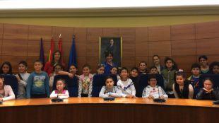 La alcaldesa recibe a una veintena de alumnos del Colegio Asunción de Nuestra Señora en su visita al Ayuntamiento