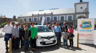 La alcaldesa entrega el coche al ganador del sorteo