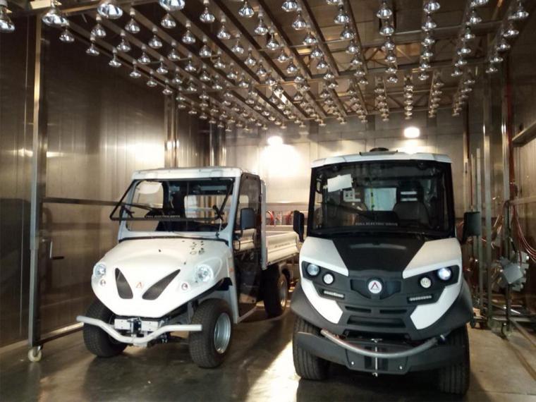 Ilustración 1: Pruebas de cámara climática para la evaluación del confort térmico. Vehículo eléctrico (izquierda). Vehículo eléctrico JOSPEL (derecha)