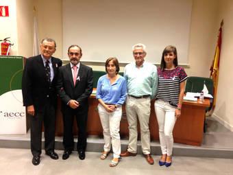 De izquierda a derecha:  Dr. Javier Cortés (AECC) Dr. Javier de Santiago (SEGO), Dr. Lola Salas (SEE), Dr. Fernando López Verde (semFYC) y María Sáez.